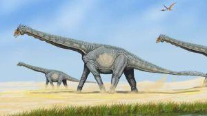 Piirroskuva kolmesta pitkäkaulaisesta ja -häntäisestä dinosauruksesta kulkemassa neljällä jalalla pölyisessä maastossa. Taivaalla on lentolisko.