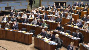 Opposition kansanedustajia raideliikennettä koskeneessa välikysymysäänestyksessä eduskunnan täysistunnossa Helsingissä keskiviikkona 4. lokakuuta 2017.
