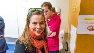 Katrin Jakonsdottir äänestämässä. Hymyilee, aurinkolasit otsalla.