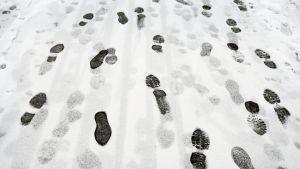 Kengänjälkiä lumessa.