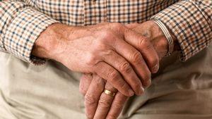 miehen kädet