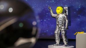 kuvanveistäjä Jiri Geller avaruusukko FUCK THE WORLD!