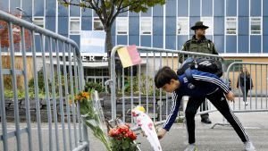 Poika toi kukkia terrori-iskussa kuolleiden muistopaikalle New Yorkissa 1. marraskuuta.