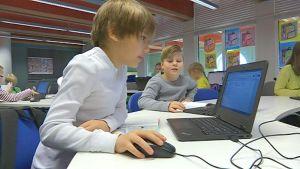 koululaiset käyttävät tietokonetta