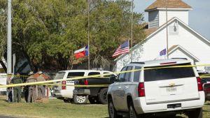 Autoja baptistikirkon edessä Sutherland Springsissä Texasissa.