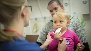 Pieni potilas lastenpäivystyksessä Kokkolassa.