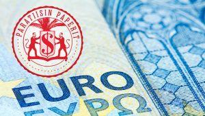 Kahdenkymmenen euron seteli, jonka päälle on laitettu punainen Paratiisin paperit -leima.
