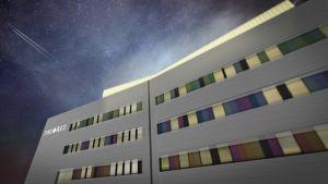 Tyksin T3-sairaalan katolle tuleva konehuone valaisee majakan lailla.