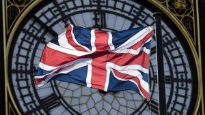 Britannian lippu parlamenttitalon kellon edessä