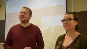 Jarmo Pulli ja Annaliina Vatula luokan edessä