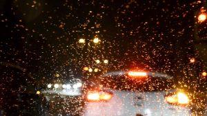 Liikennettä pimeässä ja sateessa.
