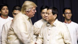 Trump ja Duterte kättelevät. Miehillä on yllään vaaleat aasialaistyyppiset puserot.