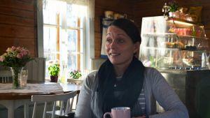 Yrittäjä Carola West istumassa Bergö Café & Hantverkissä.