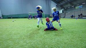 lapset pelaavat jalkapalloa
