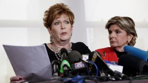 Kaksi naista mikrofonien edessä.