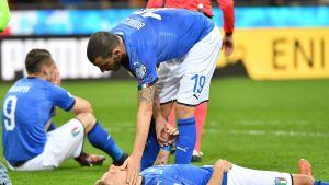 Italialaispelaajat Leonardo Bonucci ja Ciro Immobile eivät voi uskoa lopputulosta - Italia on ulkona MM-kisoista.