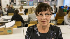 Kuvataideopettaja Jaana Toivanen luokassa Kajaanin lukiossa
