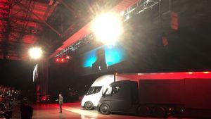 Elon Musk esitteli Teslan uutta sähkörekkaa Hawthornissa, Kaliforniassa 16. marraskuuta.