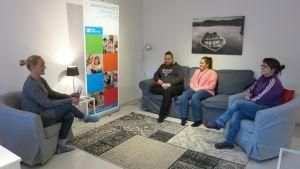 SOS-Lapsikylä Rovaniemen työntekijät palaverissä, vasemmalla johtaja Virve Simonen. Keskellä Juhani Seikkula ja Riikka Leinonen sekä oikella Ristiina Sirkka.