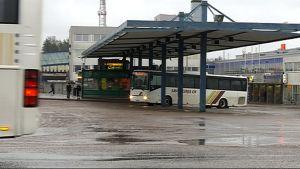 Bussi Kouvolan matkakeskuksen katoksen alla
