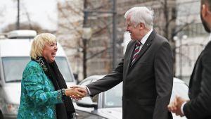 Vihreiden Claudia Roth ja CSU:n johtaja Horst Seehofer kättelevät.