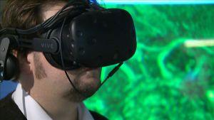 Mies tutkii aivoja virtuaalilasien avulla.
