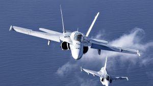 Etualalla Suomen ilmavoimien Boeing F/A-18C Hornet -torjuntahävittäjä yhteistoimintaharjoituksissa monikansallisessa ilmaoperaatiossa.