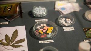 Erilaisia huumeita Keskusrikospoliisin Rikosmuseossa. Keskellä ekstaasia.