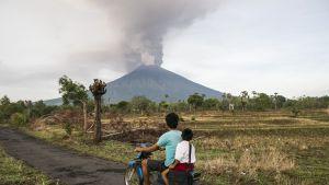 Agung tulivuori purkautuu.