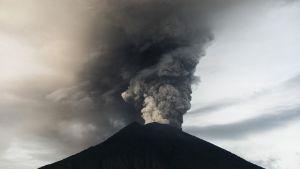 Tulivuori Agung syöksee savua.