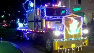 rekan vetoauto jouluvaloilla koristeltuna