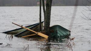 soutuveneet osin upoksissa järvessä