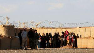 Syyrialaiset pakolaiset jonottavat YK:n klinikalle Jordanian rajalla sijaitsevan al-Rugbanin leirin lähellä maaliskuussa 2017.