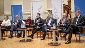 Presidentinvaaliehdokkaat Tuula Haatainen, Pekka Haavisto, Laura Huhtasaari, Merja Kyllönen, Sauli Niinistö  Nils Torvalds ja Matti Vanhanen Maanpuolustuskurssiyhdistyksen paneelikeskustelussa Helsingissä 27. marraskuuta.