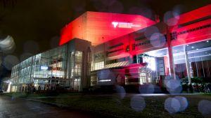 Tampere-talo iltavalaistuksessa