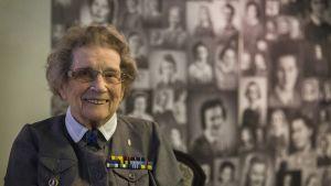 Kuvassa 94-vuotias lotta Aune Rahola.