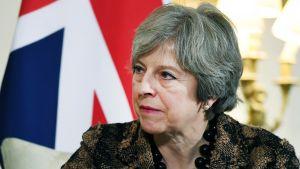 Britannian pääministeri Theresa May, taustalla Britannian lippu