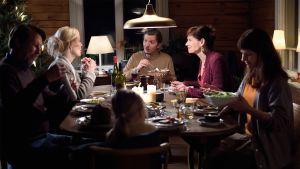 Elokuvan hahmot joulupöydässä.