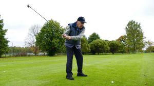 Mauri Maunula pelaa golfia Talin golfkentällä.