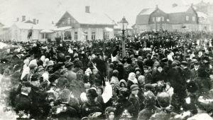 Köyhää kansaa Forssan torilla Marraskuussa 1917 suurlakon aika.