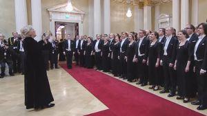 Kuoro laulaa Finlandiaa.