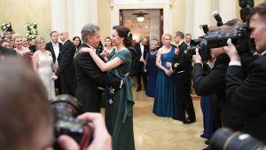 Sauli Niinistö ja Jenni Haukio aloittavat tanssin.