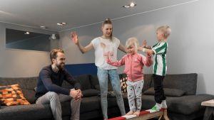 Tarkit tasapainoilevat lasten kanssa leikeissä
