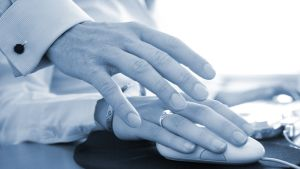 miehen käsi naisen käden päällä