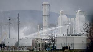 Pelastustyöt olivat käynnissä räjähdyksen jälkeen Baumgartenin kaasunsiirtoasemalla Itävallassa 12. 12. 2017.