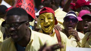 Mielenosoittajia Johannesburgissa Etelä-Afrikassa.