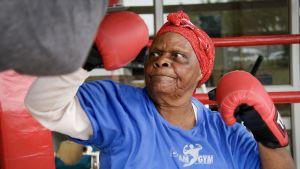 Mummo nyrkkeilee.