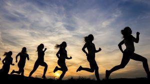 Juoksijoiden siluetteja