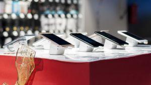Monta älypuhelinta rivissä