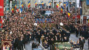 Kuvassa hautajaissaattue Romanian pääkaupungissa Bukarestissa entisen kuninkaallisen palatsin edessä.